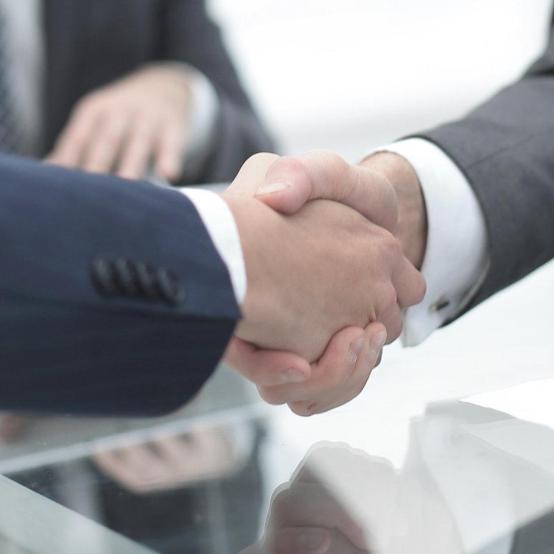 Händeschütteln zweier Arme im Anzug