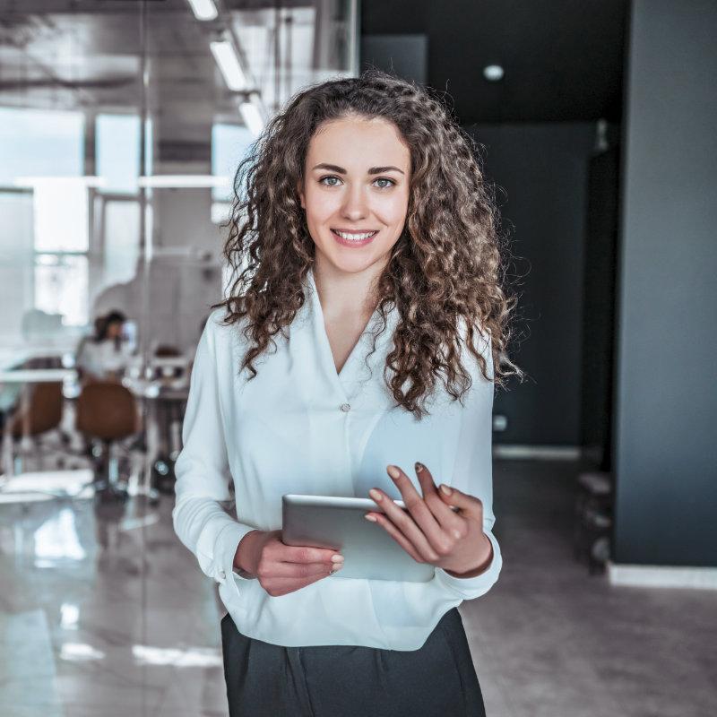 Junge Frau hält Ipad in einem Büro